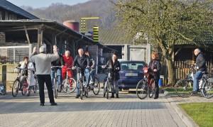 Herr Busch dirigiert, denn er weiß: Fahrräder...
