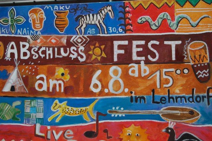 Gemeinsam mit den Kindern gestaltet: Hinweistafel fürs Abschlussfest