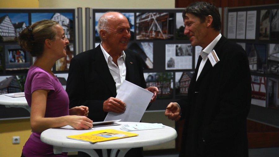Manfred Fahnert (r.), Initiator der Ersten Westerwälder Lehmbautage 2010 in Hachenburg, mit dem Theologie-Professor Klaus Otte und Tochter Eva Maria Kagermann-Otte.
