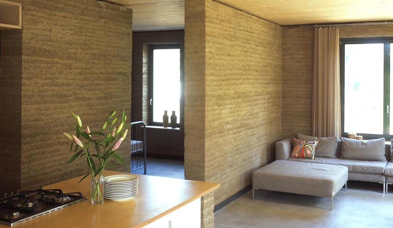 Wohnhaus in Ilow: Innenräume mit Stampflehm-Wänden