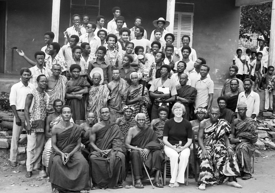 1980: Dozentin Schreckenbach mit ihren Studenten, den Dorfältesten und dem Häuptling in Tafiefe in der Volta Region.