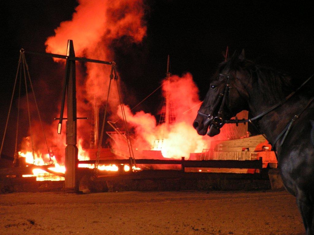 Wirkt mit Lehmstaub noch spektakulärer: Explosion auf dem Schiff