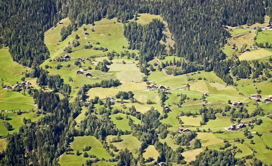 Charakteristisches Bild: Berghöfe, umgeben von Feldern, Wiesen und Wald