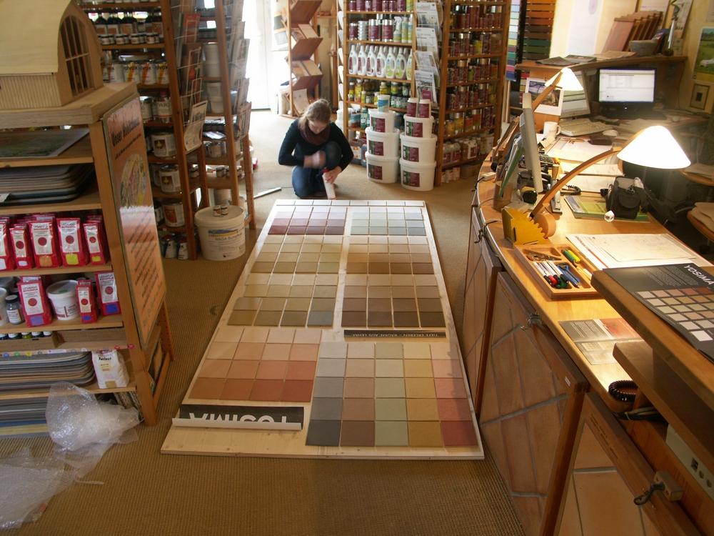 Angela Christian-Bürger bei den Vorbereitungen für die Wandmontage