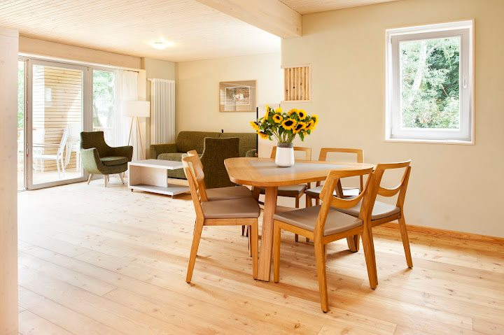 YOSIMA an den Wänden: Wohnraum im Familienhotel