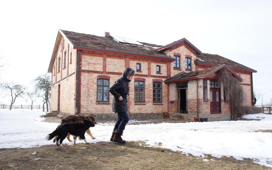 Werkstatt, Büro, Schulungsstätte aber auch Rückzugsraum - auf dem Ökohof findet Lehmbau-Spezialistin Wolff die nötige Erdung.