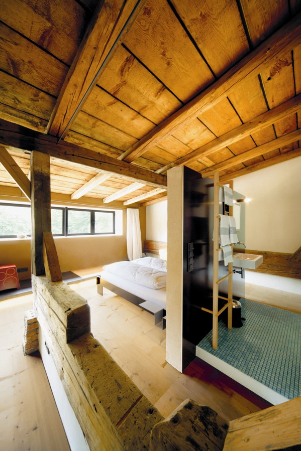 Holz und Lehm - archaische Ästhetik als adäquater Rahmen für die Moormann-Möbel  Foto: ©Jäger & Jäger