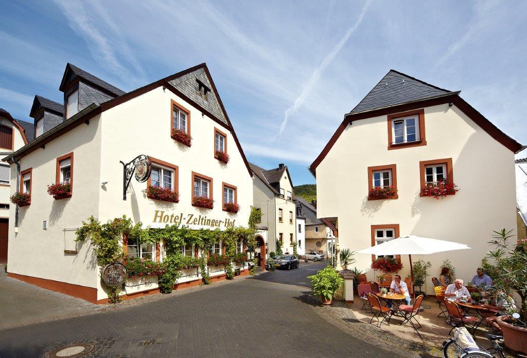 """Wohlfühl-Hotel an der Mosel: der Zeltinger Hof, rechts das """"Winzerhaus"""" - Foto: Reis/Zeltinger Hof"""