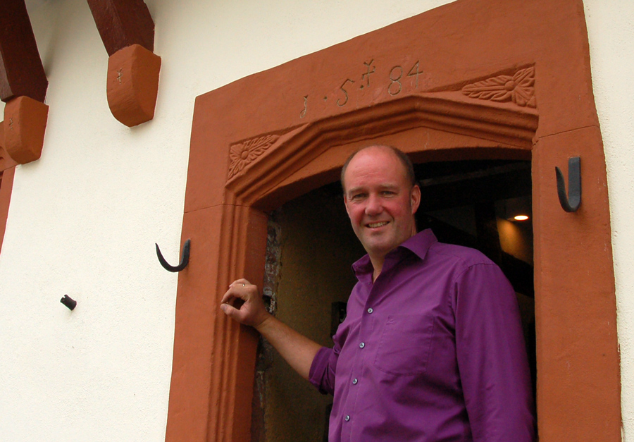 """Hotelier Markus Reis vor dem """"Winzerhaus"""" - Foto: Mai/Claytec"""