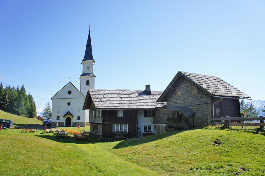 Alpengasthaus Marterle - im Hintergrund die gleichnamige Wallfahrtskapelle