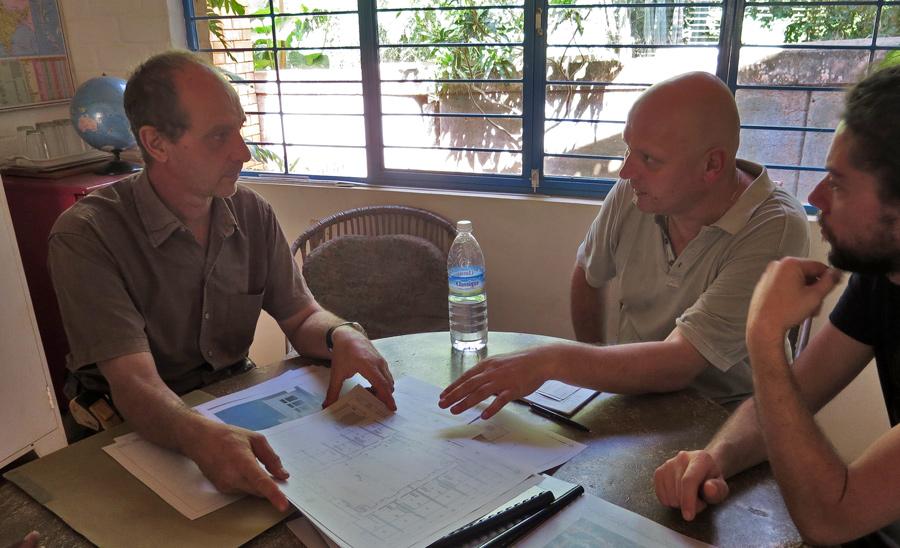 Institutsleiter Satprem Maini (li.) erläutert die Planungen für den Schulneubau