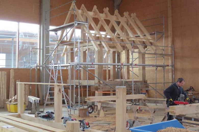 In der Halle errichtet: Holzständerwerk für Keltenhaus   Foto: Jako