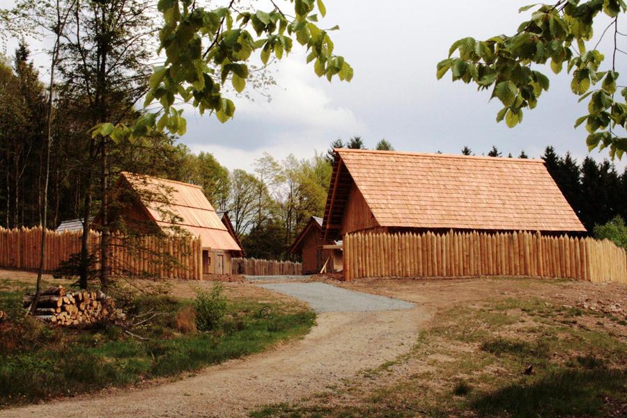 Originalgetreu nachgebaut - Keltische Wohnanlage in Otzenhausen   Foto: Keltenpark