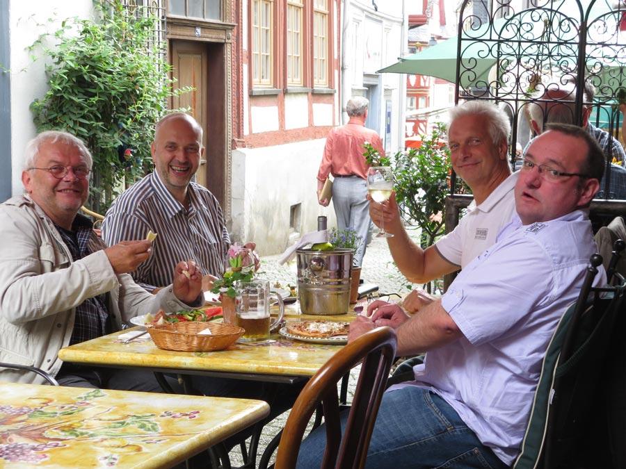 Süd trifft Mitte: Paulik, Wugk, Milarch und Mosel (v.l.n.r.) beim Italiener