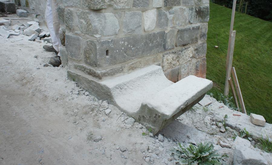 Historisches Fundstück: Hakenstein, der als Drehlager für die Zugbrücke diente.