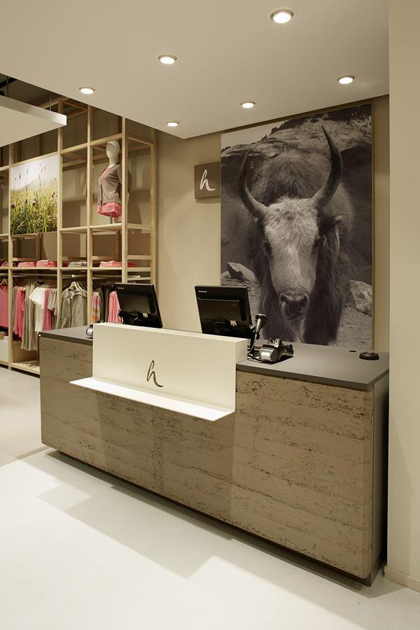 Der erste seiner Art: mit Stampflehm verkleideter  Verkaufstresen im hessnatur Konzept-Laden Frankfurt  Foto: hessnatur