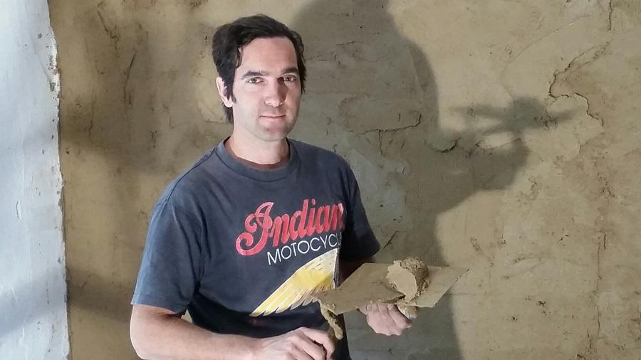 Der Schauspieler als Lehmbau-Handwerker auf der eigenen Baustelle