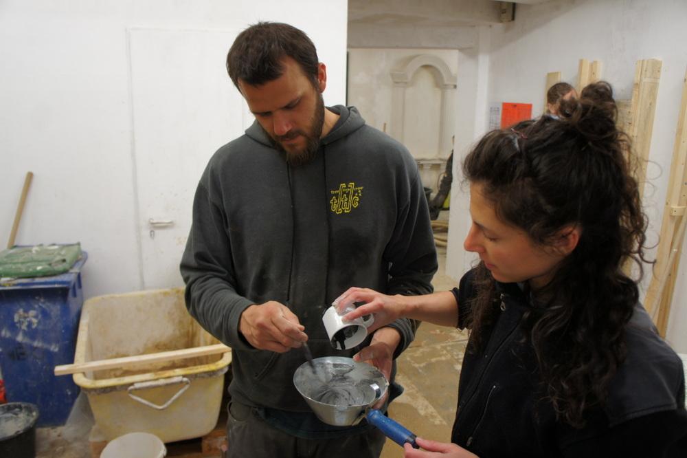 Experimentieren und Kenntnisse erweitern: Stampflehm-Spezialisten Laura und Thomas