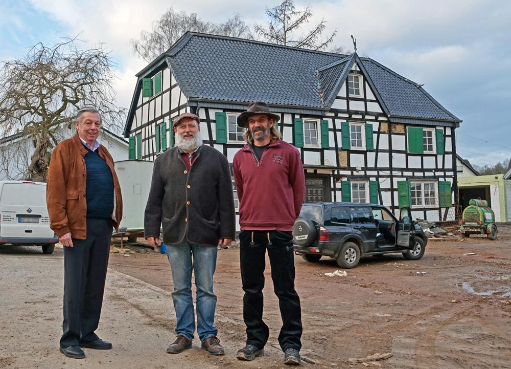 Investor Wolfgang Staudt, Naturbaustoffhändler Karl Schmitz und Lehmbau-Spezialist Bodo Weber (v.li.). vor dem ehemaligen Herrenhaus