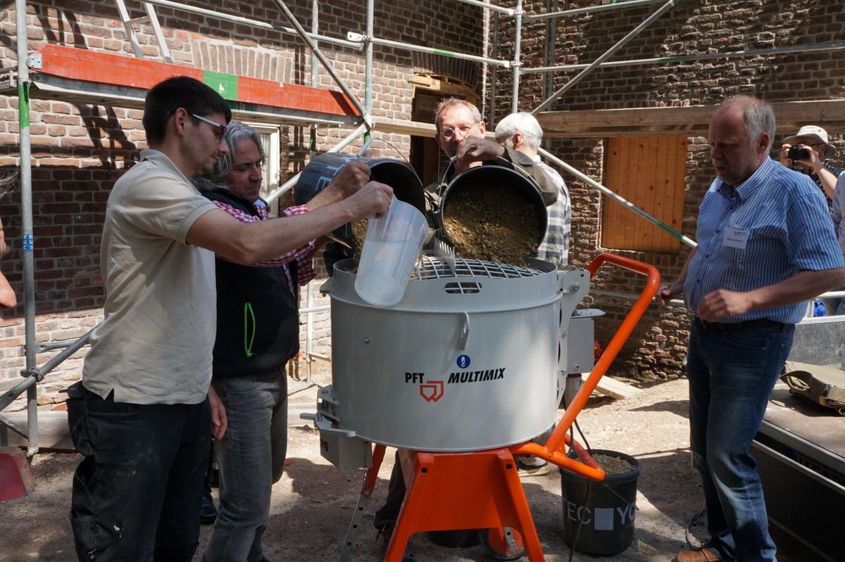 Alle packen mit an: hier beim Anmischen der Terrazzo-Rohmasse.