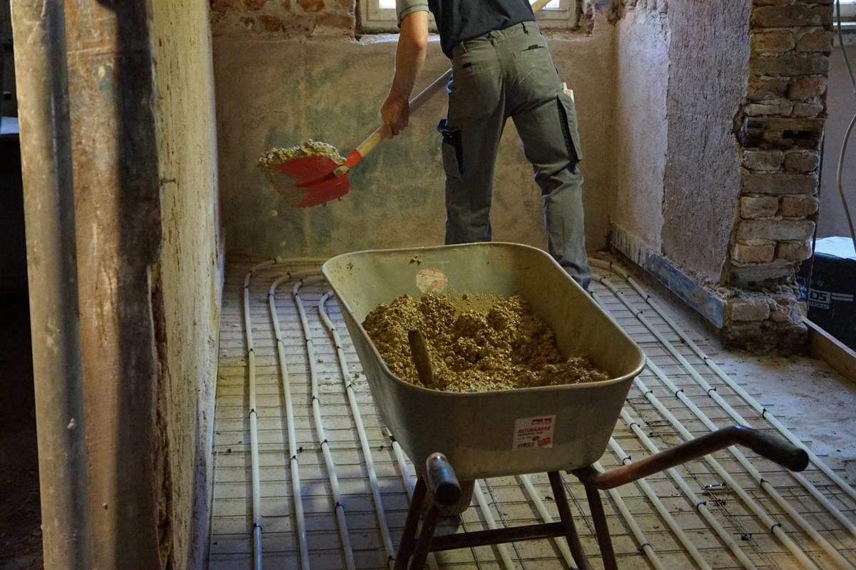 Auf der fertig montierte Fußbodenheizung wird die Mischung aufgebracht…