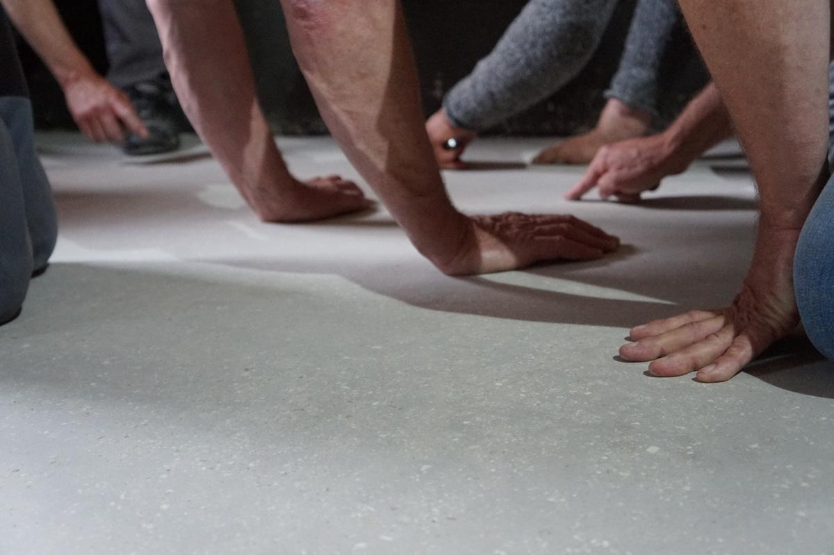 Prüfende Hände beim 1. CLAYTEC Lehm-Terrazzo-Workshop