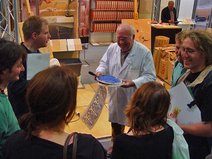 In seinem Element: Auf der Messe Denkmal in Leipzig 2006 erklärt Hans-Jürgen Ronicke interessierten jungen Messebesuchern die Schablonentechnik.