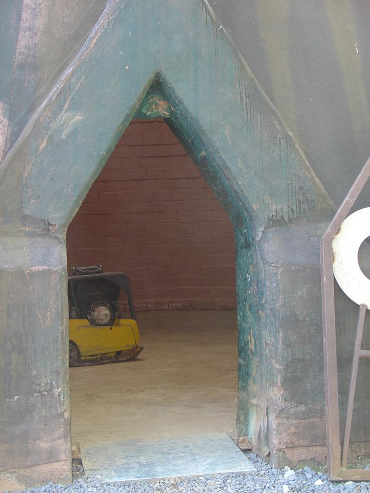 Im Inneren des Klangtowers wurde ein neuer Stampflehboden eingebaut. Das Betreten erfordert gebückte Haltung.