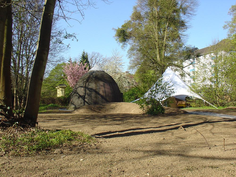 """Minke-Klangtower und der """"kleine Bruder"""" unterm Schutzzelt"""