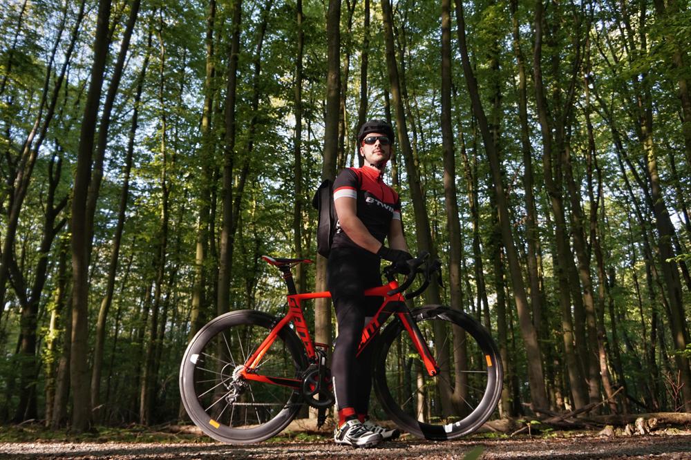 …Claytec-Mann Ricardo mit seinem edlen Renn-Bike, Marke Giant.