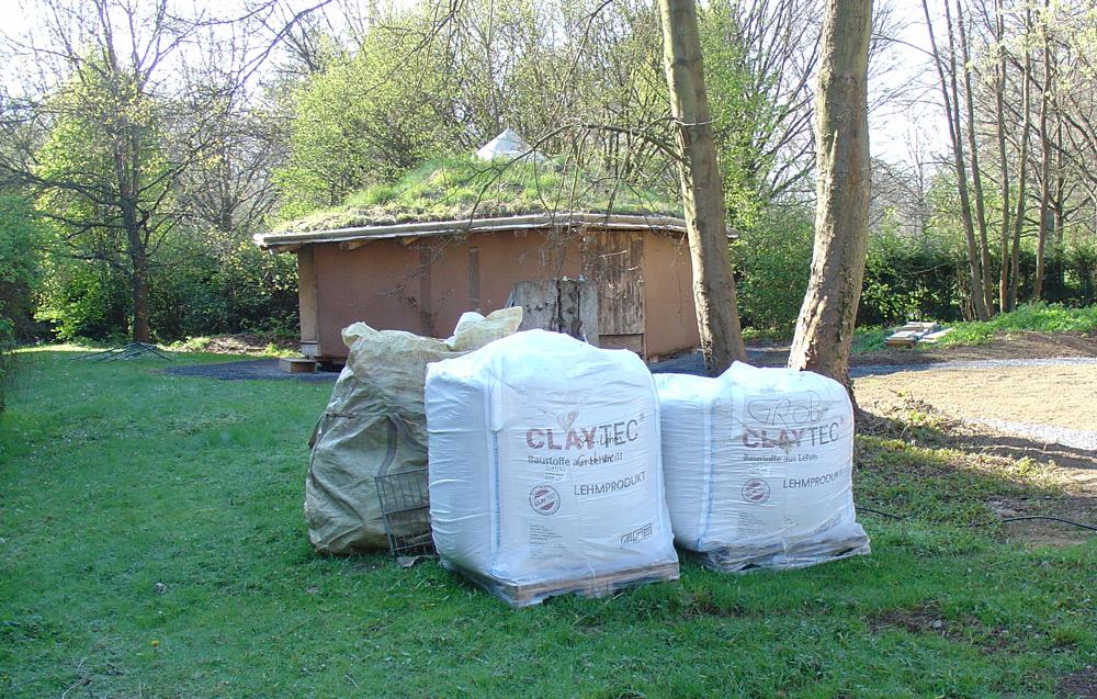 Strohballenhaus von 2000 hinter CLAYTEC Big-Bags