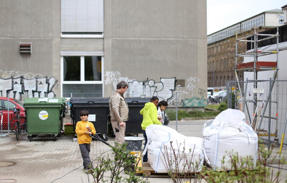 Begegnung in Stuttgart: Claytec-Supporter Stefan Kreft und Kinder Geflüchteter