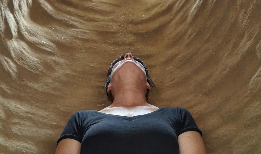 Klang und Lehm umgeben den Körper