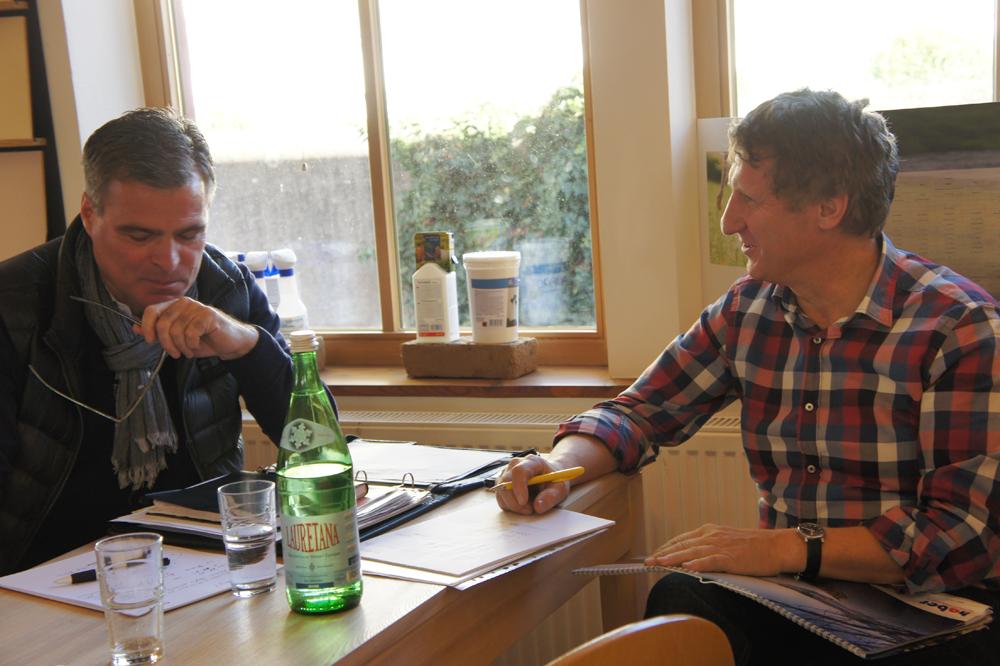 Martin Gütter im Gespräch mit CLAYTEC Supporter Bernd Kramer (li.)