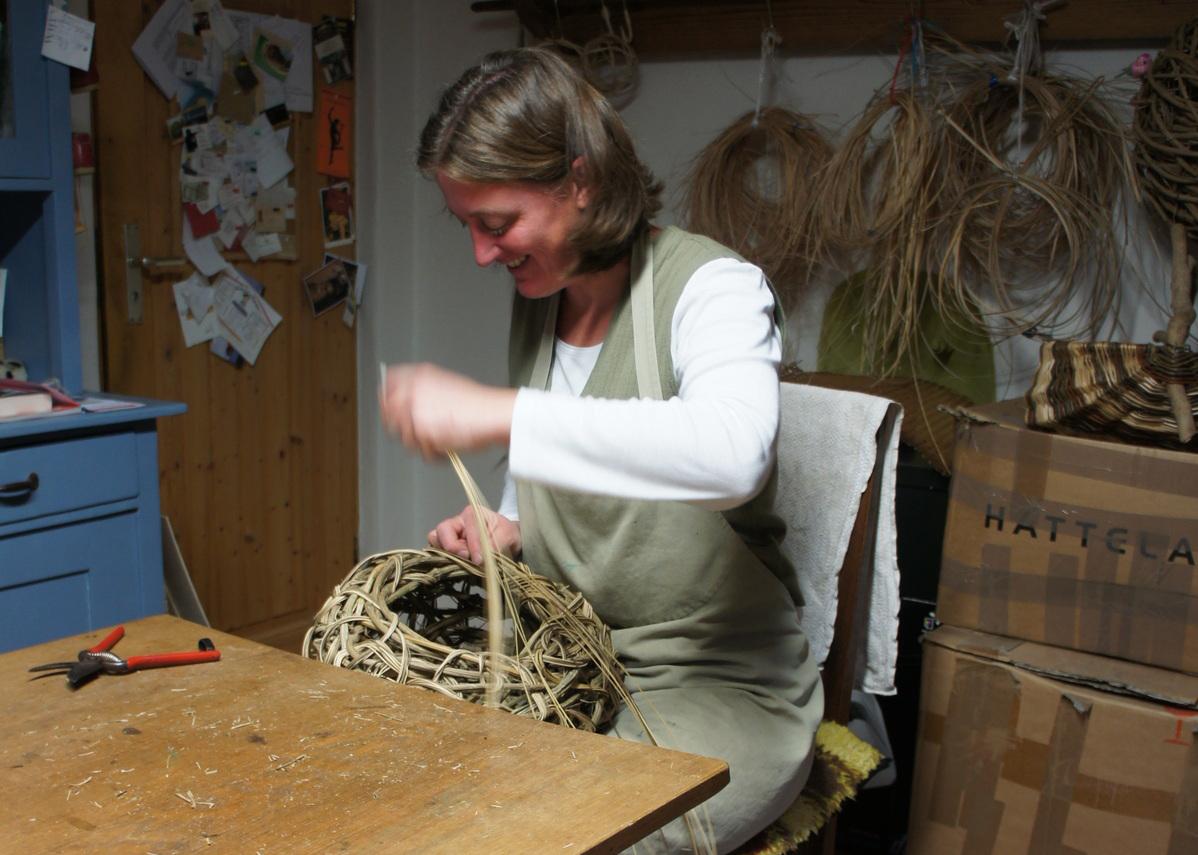 Susanne Achtzehner betreibt eine Korbflechterei.