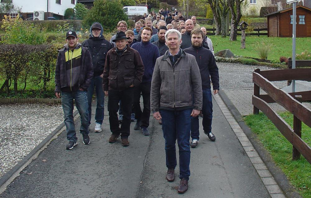 Ulrich Röhlen (vorne) mit den Seminarteilnehmern auf dem Weg zum Schieferberg