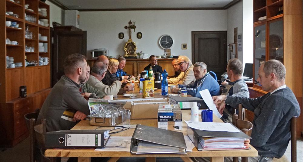 Gemeinsame Kaffeetafel mit Besuchern, Ordensbrüdern und Handwerkern