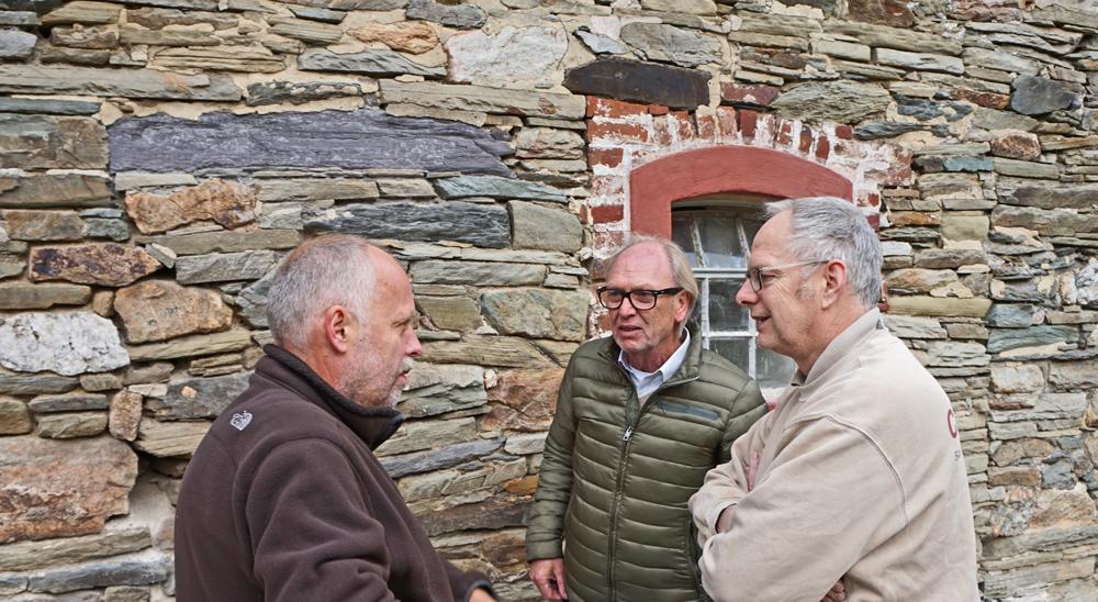 Lehm-Experten unter sich: (von links) Peter Breidenbach und Hartwig Ballis von Claytec, Lehmbau-Spezialist Thomas Glück