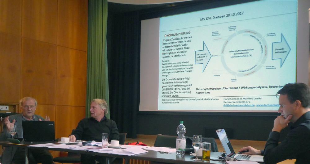 Horst Schröder (li). und Manfred Lemke stellten ihr EPD-Projekt vor. Rechts Prof. Dr.-Ing. Christof Ziegert