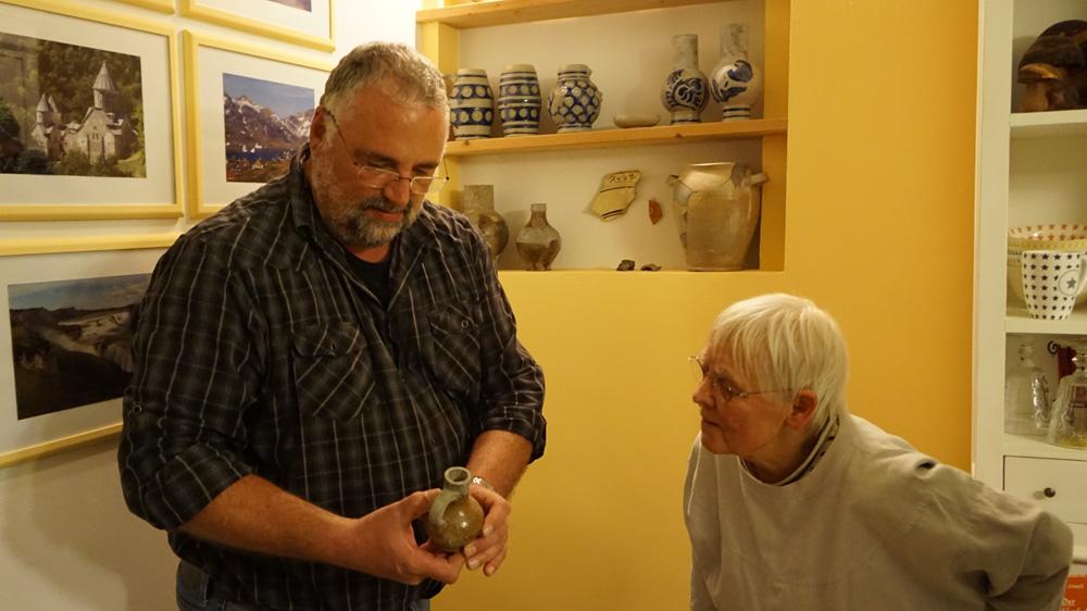 Konserviert im Jahrhunderte alten Kellerboden: historische Artefakte und Alltagsgegenstände