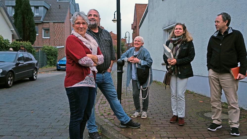 Treffen in Korschenbroich: Waltraud und Reiner Leusch (li.), Architektin Inge Breidenbach (Mitte) mit Begleiterin, Architekt Olaf Paproth