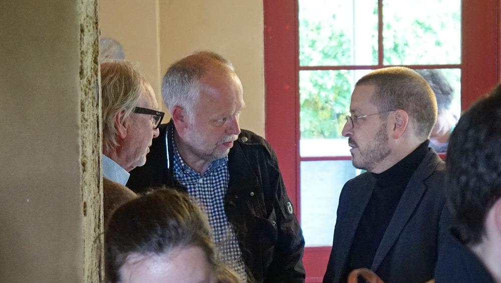 Für Prof. Swen Geiss - hier rechts im Gespräch mit CLAYTEC Inhaber Peter Breidenbach und Architekt Hartwig Ballis (li.) - war der Besuch mit Erinnerungen an seine Studienzeit verbunden.