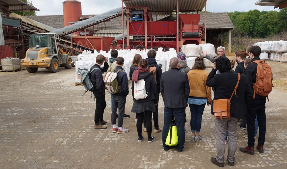 Die Studierenden verfolgten interessiert die Ausführungen von CLAYTEC Technikleiter Ulrich Röhlen.
