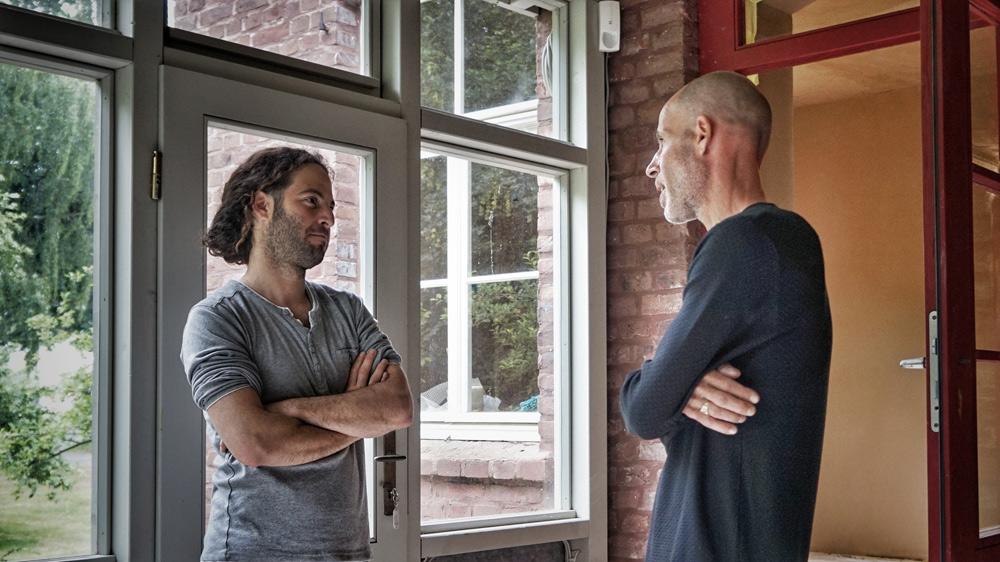 Lehmbau-Charakterköpfe: Eco Art Inhaber Guy Reuveni (re.) und sein ehemaliger Kompagnon Nitzan Iserovitch
