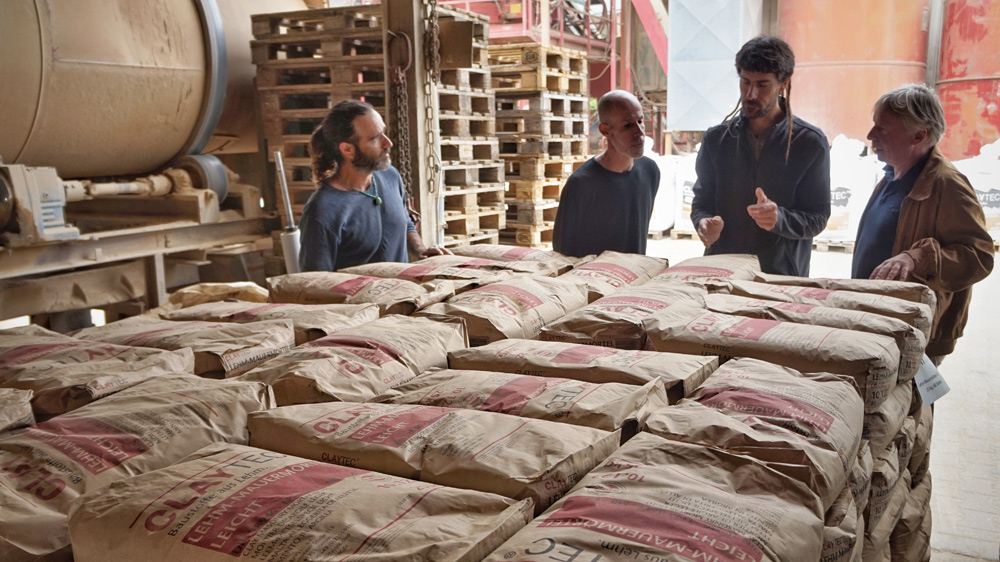 Die Besucher aus Israel hatten viele Fragen zur Produktion von Lehmbaustoffen bei CLAYTEC.