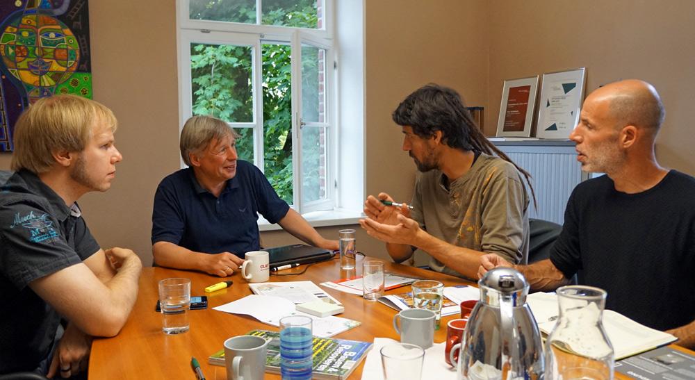 Konstruktives Arbeitstreffen: (v. li.) Gräfix-Mitarbeiter Florian Breun, Manfred Lemke (Claytec), Strohballen-Spezialist Adrien Delecourt und Guy Reuveni (Eco Art)